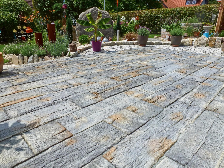 Garten Markante Terrassenplatten in Bahnschwellenoptik von Rimini Baustoffe als besonderer Hingucker - News, Bild 1