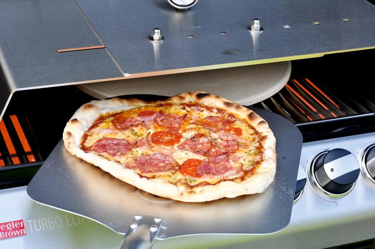 pizza vom gasgrill mit dem richtigen zubeh r von moesta bbq. Black Bedroom Furniture Sets. Home Design Ideas