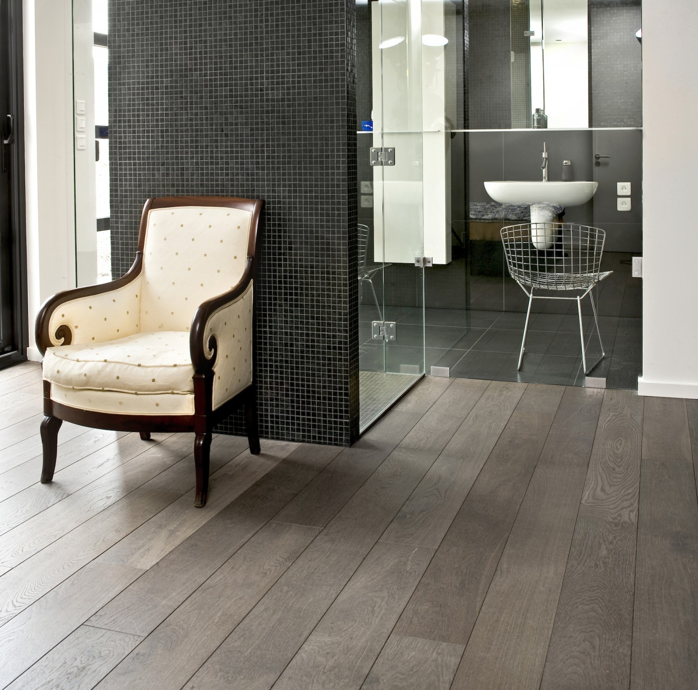 edler echtholzboden f r das wohlgef hl im badezimmer. Black Bedroom Furniture Sets. Home Design Ideas