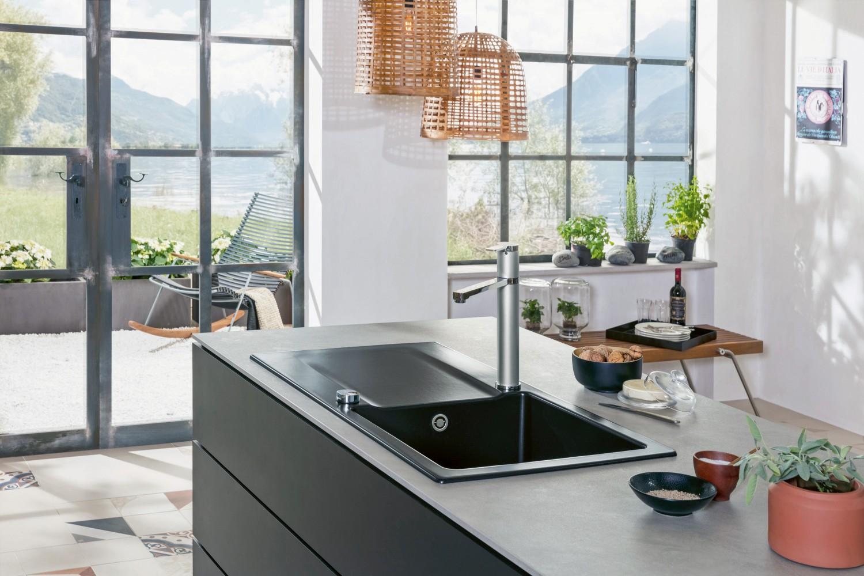 das hochwertige material der keramiksp len von villeroy boch bildet das zentrum der k che. Black Bedroom Furniture Sets. Home Design Ideas