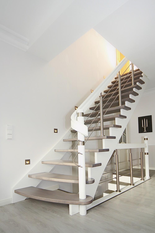 streger treppen f gen sich mit holz edelstahl und relinggel nder harmonisch in den raum ein. Black Bedroom Furniture Sets. Home Design Ideas