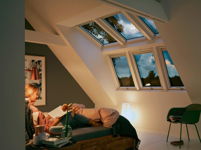 raum im dachgeschoss optimal nutzen licht und raumgewinn durch gro fl chige fensterl sungen. Black Bedroom Furniture Sets. Home Design Ideas