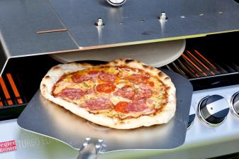 garten-pizza-vom-gasgrill-mit-dem-richtigen-zubehoer-von-moesta-bbq-14279.jpg