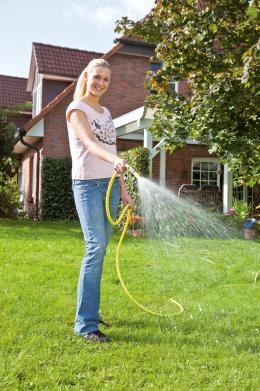 garten-regenwasser-flachtanks-in-der-erde-wer-regenwasser-im-garten-einsetzt-spart-bares-geld-13845.jpg