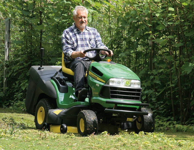 test aufsitzm her john deere rasentraktor x 130 r sehr gut. Black Bedroom Furniture Sets. Home Design Ideas